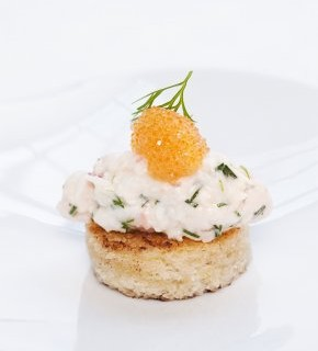 Sveriges mest kända smörgås omfattar svenska räkor och en sked löjrom.