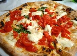 Allt börjar med pizza. Regionens huvudstad, Neapel, är en mecka för pajer. Kampanien, är hem till de råvaror som gör pizzan smarrigt goda: San Marzano tomater, krämig buffelmozzarella och enkla, rustika viner för att tvätta ner allt med.