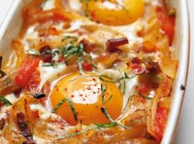 Foto: Françoise Nicol Inbäddat i en bädd av grönsaker, dessa hälsosamma ägg är perfekt för en brunch.