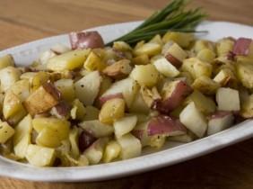 Foto: Kate Glicksberg Vitlök rostad potatis är ett perfekt komplement till din frukost. Eller middag. Eller 03:00 med ketchup.