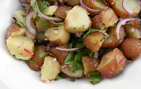 Varm potatis sallad med rucola och gröna bönor