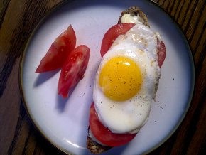 Perfekt brunch crostini med brie, tomat och ägg.