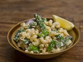 Foto: Mark Shaw Denna pasta sallad med getost och sparris är perfekt till en bit grillad kyckling eller fisk.